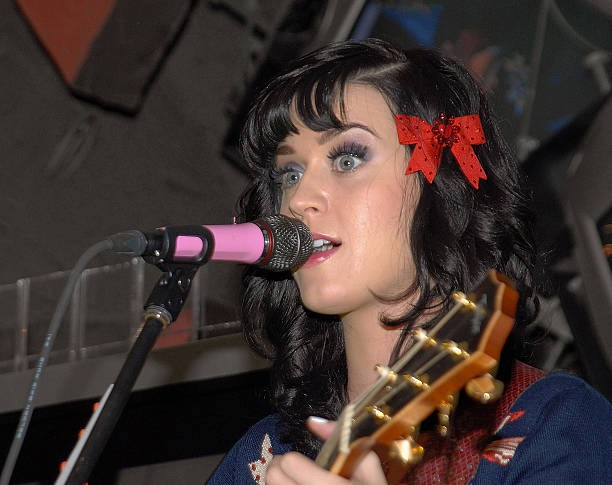 Katy Perry signs copies of One of the Boys at Mixup Plaza Loreto 004