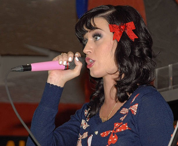 Katy Perry signs copies of One of the Boys at Mixup Plaza Loreto 007