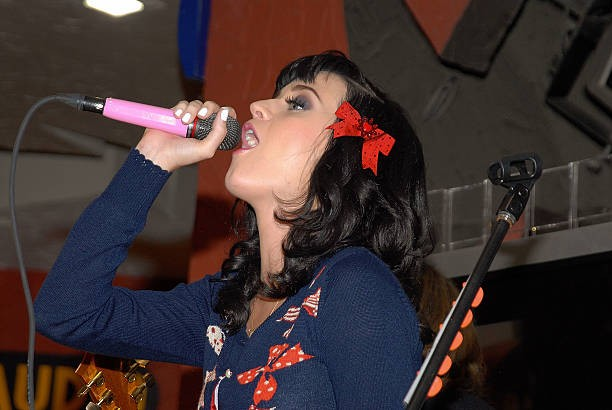 Katy Perry signs copies of One of the Boys at Mixup Plaza Loreto 014