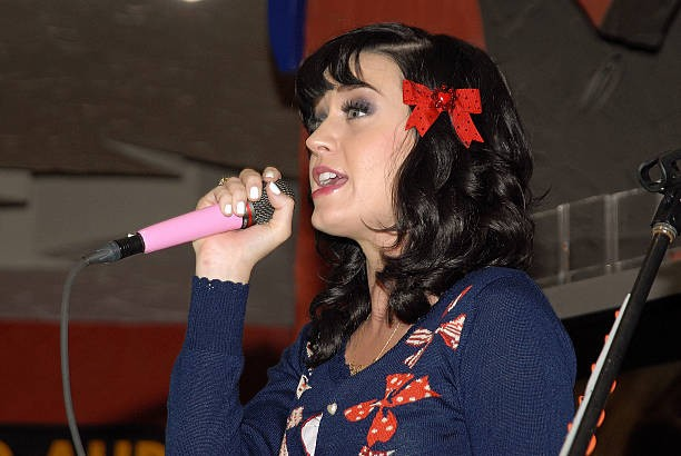 Katy Perry signs copies of One of the Boys at Mixup Plaza Loreto 016
