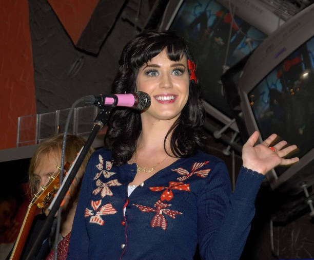 Katy Perry signs copies of One of the Boys at Mixup Plaza Loreto 022