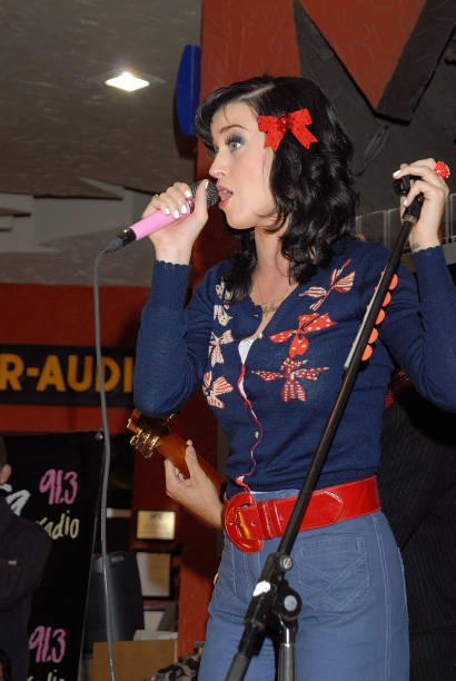 Katy Perry signs copies of One of the Boys at Mixup Plaza Loreto 023